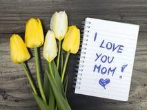 Bouquet et bloc-notes de tulipe avec le ` de maman de ` de mots je t'aime Images stock