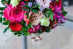 Bouquet et boucles de mariage Images stock