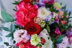 Bouquet et boucles de mariage Photos libres de droits