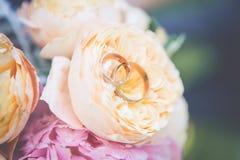 Bouquet et boucles de mariage Photographie stock