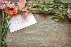 Bouquet et carte de jour de mères Images stock