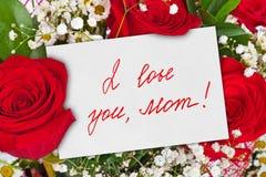 Bouquet et carte de roses pour la mère Photographie stock