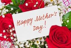 Bouquet et carte de roses pour la mère Image libre de droits