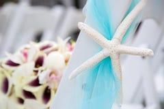 Bouquet et chaises de mariage Photographie stock libre de droits