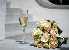 Bouquet et champagne de mariage Photo libre de droits