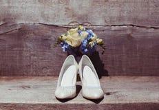 Bouquet et chaussures de mariage dans le jour du mariage Photographie stock