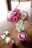 Bouquet et corsage de mariage sur la table en bois Image stock