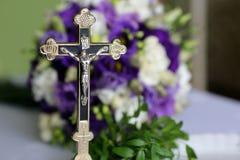 Bouquet et croix de mariage à la bénédiction Photos stock