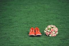 Bouquet et espadrilles Photographie stock