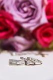 Bouquet et fin de mariées vers le haut sur des boucles Image stock
