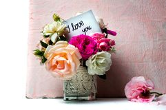 Bouquet et je t'aime message de fleurs de Rose image stock