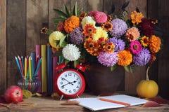Bouquet et livre Durée toujours 1 De nouveau à l'école Images libres de droits