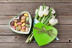 Bouquet et macarons blancs de tulipes Photo stock