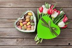 Bouquet et macarons colorés de tulipes Photographie stock libre de droits