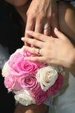 Bouquet et mains Photo stock