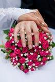 Bouquet et mains avec des anneaux Photographie stock
