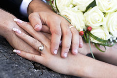 Bouquet et mains de mariage Photos libres de droits