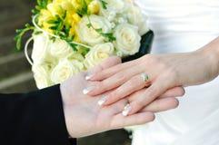 Bouquet et mains de mariage Images stock
