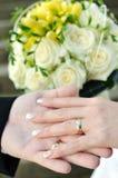 Bouquet et mains de mariage Images libres de droits