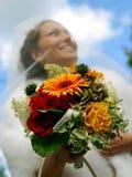 Bouquet et voile de sourire de mariée image libre de droits