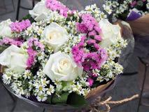 Bouquet fait à partir de la rose de blanc avec les fleurs élogieuses Photographie stock
