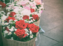 Bouquet fait à partir de la rose de rouge avec les fleurs élogieuses Photos stock