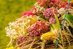 Bouquet fait de fleurs et foin de champ images stock