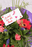 Bouquet of Flowers with card Mutter ist die Beste in german Stock Photo