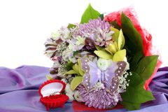 Bouquet flowers and wedding rings Stock Photography