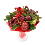 Bouquet fruité original se composant des pommes, des prunes, des poires, de la grenade et des fleurs des roses d'écarlate dans un photos stock