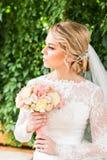 Bouquet gentil de mariage dans la main de la jeune mariée photos libres de droits