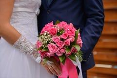 Bouquet gentil de mariage dans la main du ` s de jeune mariée Photographie stock