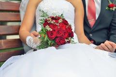 Bouquet gentil de mariage dans la main du ` s de jeune mariée Image libre de droits