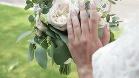 Bouquet gentil de mariage dans la main du ` s de jeune mari?e banque de vidéos