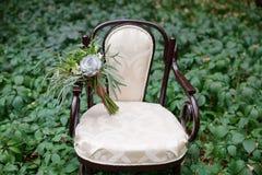 Bouquet gentil de mariage sur la chaise de vintage photos stock