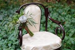 Bouquet gentil de mariage sur la chaise de vintage image stock