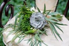 Bouquet gentil de mariage sur la chaise de vintage photographie stock libre de droits