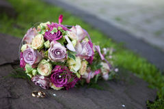 Bouquet and gold rings wedding Stock Images