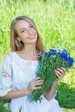 Bouquet heureux d'esprit de femme des camomilles et des bleuets Photographie stock