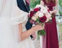 Bouquet l'épousant magnifique dans les mains de la jeune mariée images libres de droits