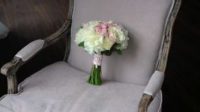 Bouquet l'épousant nuptiale avec les roses de rose et blanches banque de vidéos