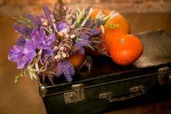 Bouquet lumineux d'automne dans un potiron sur le fond foncé image stock