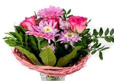 Bouquet lumineux dans le vase en cristal d'isolement sur le fond blanc photo libre de droits