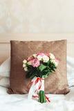 Bouquet luxueux de mariage sur un fond blanc sur l'oreiller brun Photo stock