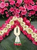 Bouquet mélangé de fleurs roses artificielles Images stock