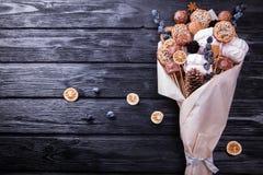 Bouquet mangeable doux enveloppé en papier sur le fond noir photos libres de droits