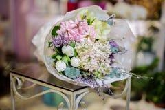 Bouquet merveilleux du lilas blanc et des tulipes décorés des feuilles vertes Photo libre de droits