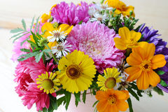 Bouquet multicolore des fleurs Photo stock