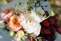 Bouquet nuptiale avec des anneaux sur une table au soleil photos stock