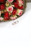 Bouquet nuptiale avec des boucles de mariage Image libre de droits